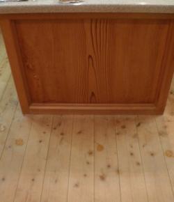 自作のキッチン杉の一枚板