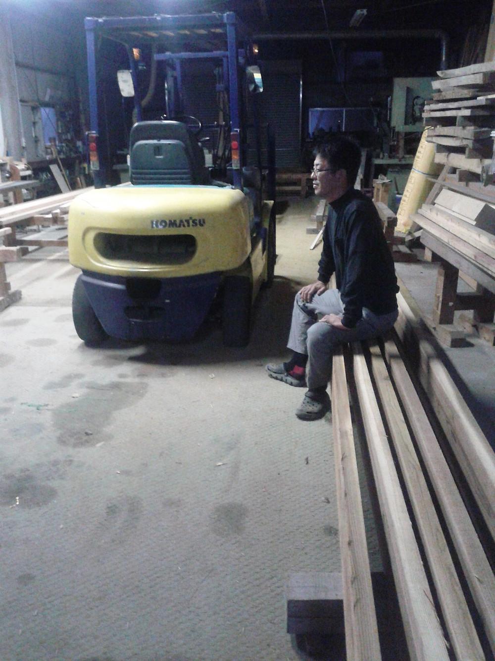 早朝5時、福岡の鷹巣工務店では仕事の段取りをして積み込み開始 宗像のお仕事に今日も張り切って出発!杉の選りすぐりのいい材料を仕入れました。工場の中はいい香り