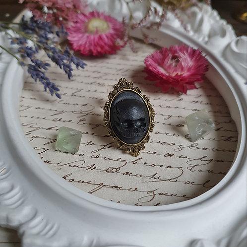 Gothic victorianringwith blackhuman skullcameo