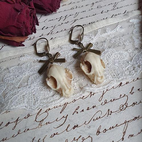 Boucles d'oreilles gothiques crâne de chat résine bronze