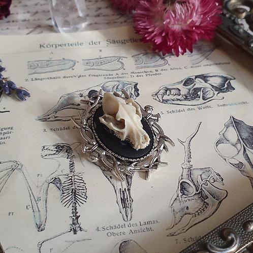 Petit broche gothique crâne de loup et bois de cerf argentée