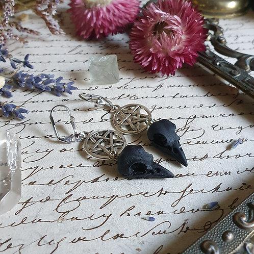 Boucles d'oreilles crâne oiseau noir pentacle argentées