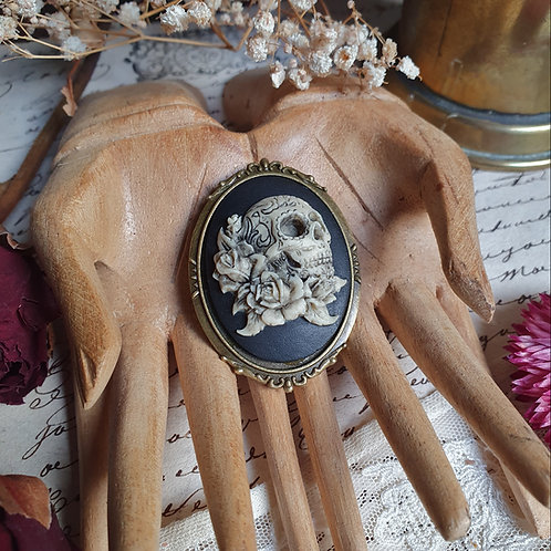 Skull and roses tattoo gothic cameo bronze brooch