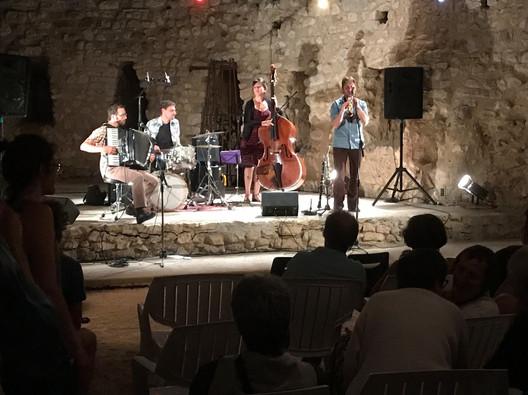 """Concert avec le groupe """"Frisette"""" et bal dans le Théâtre de la Verdure."""