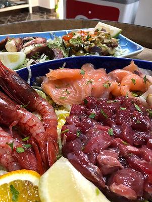 piatti di pesce fresco misto, tonno, gamberi e frutti di mare