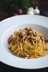 foodiesfeed.com_fresh-pasta-linguine-wit
