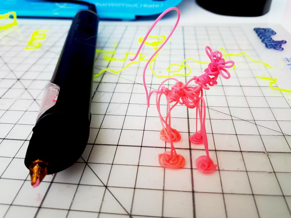 3D-kynällä raapustettu koira