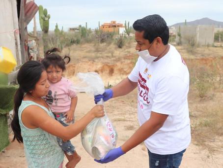 Armida y su equipo entregan despensas ante contingencia por coronavirus.