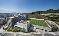 경성대학교 건학기념관 및 대운동장 (2016.2)