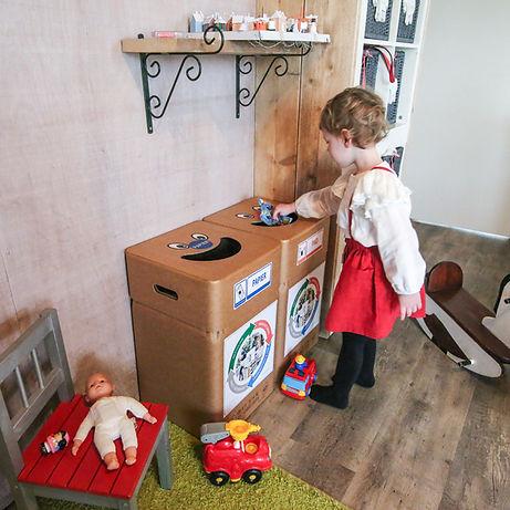Afvalscheiding in kartonnen afvalbak