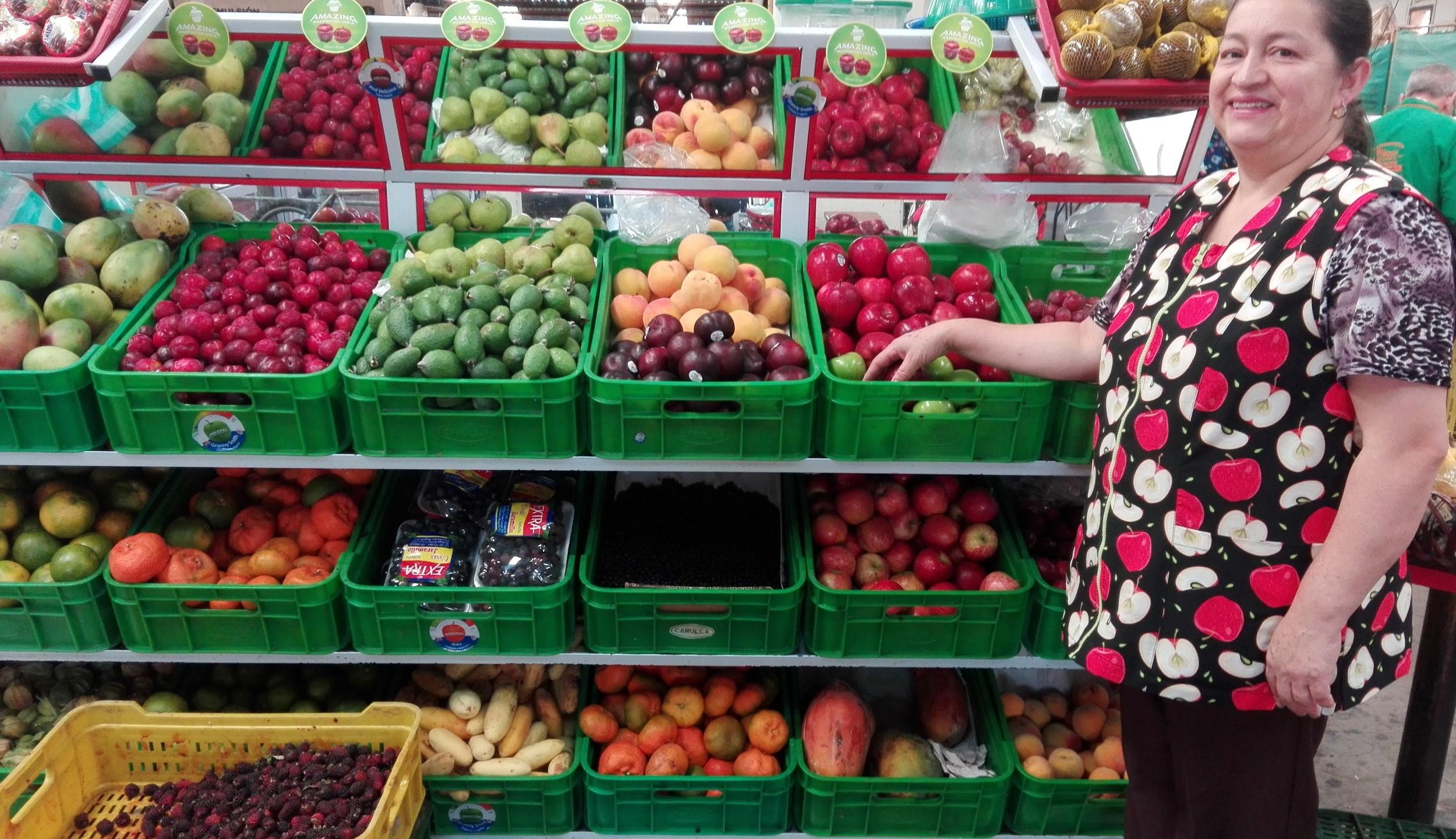 Nora Ladino en su local de frutas
