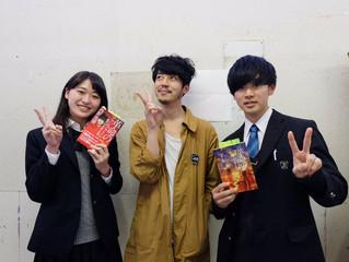 キングコング西野亮廣さんに高校生がインタビュー!『革命のファンファーレ』とサイン入りチェキをセットにしてプレゼント!