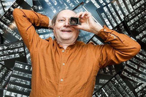 M. Raffini sdraiato sui provini degli anni 1970-1980 foto di Gianni Oliva. 2021.jpg