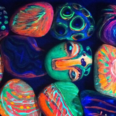 Pedras pintadas por Ana Mendina