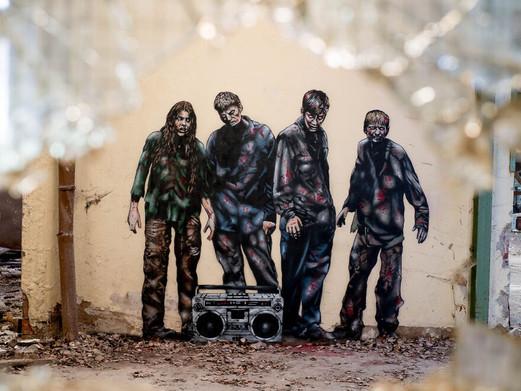 Straatkunstenaar JPS creëert complete horrorervaring in verlaten Duitse fabriek
