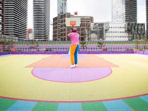 Kleurrijk 3D-geprint basketbalveld ontworpen door kunstenaar Yinka Ilori