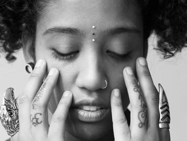 Woordkunstenaar Smita James hielp acht jongeren met het maken van een dichtbundel