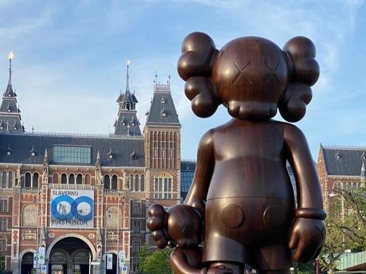 KAWS figure één van de 50 objecten tijdenskunstmanifestatie ARTZUID
