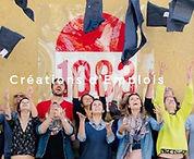 photo d'un groupe de personnes lancant des jeans au dessus de leur tête devant le logo 1083 rouge et blanc sur le mur faisant le lien vers la section expliquant le projet de l'entreprise