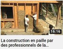 photo d'un chantier et de deux ouvriers réalisant une maison en paille avec le texte la construction en paille par des professionnels lien vers un documentaire sur Youtube
