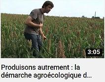 image de l'agriculteur Pierre Pujos dans un champ permettant le lien vers une vidéo YouTube présentant sa ferme
