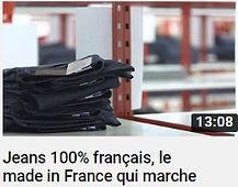 photo d'une pile de jeans sur une étagère faisant le lien vers une vidéo Youtube sur la marque 1083 de la chaine Tout compte fait