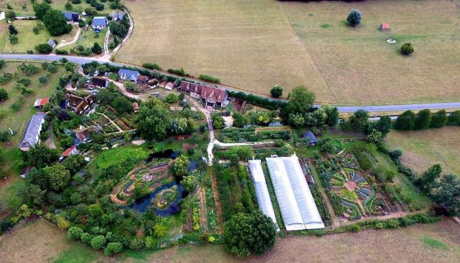 photo aérienne de la ferme du Bec Hellouin en Normandie. Ferme maraîchère en permaculture bioloique de Perrine et Charles-Hervé Gruyer