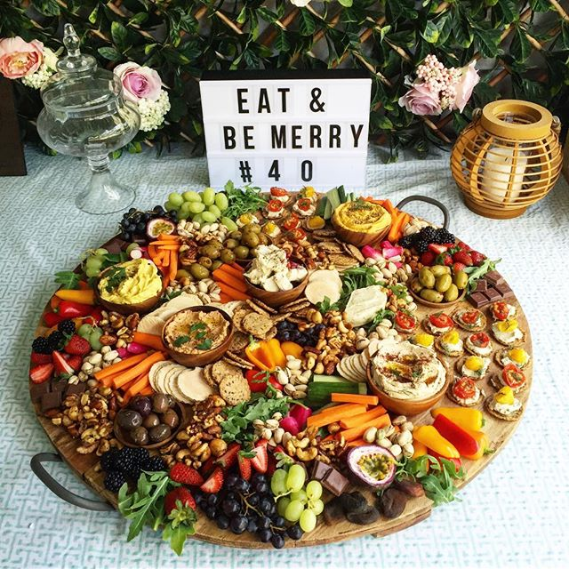 EAT & BE MERRY 💃🏼These plant-based grazing platters are perfect for parties & special events.  hel