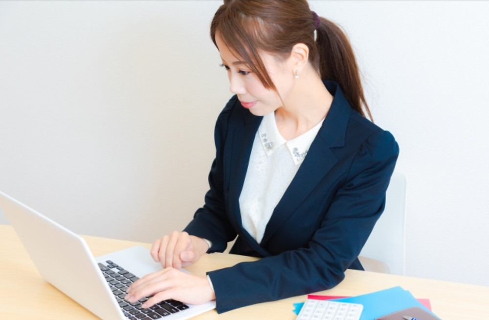 申請作業の女性