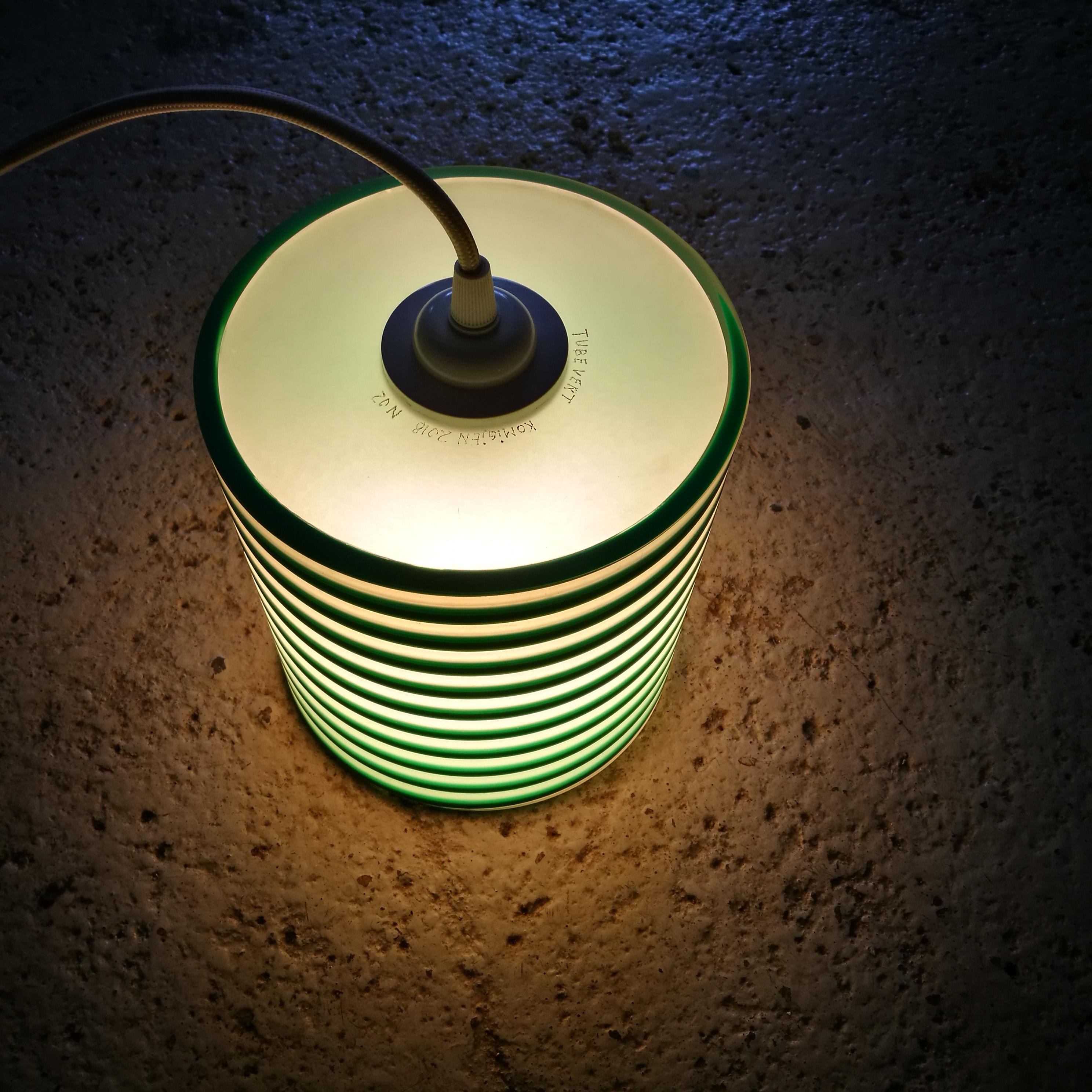 Lampen kan henge eller stå fritt.