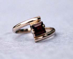 18ct garnet twist ring