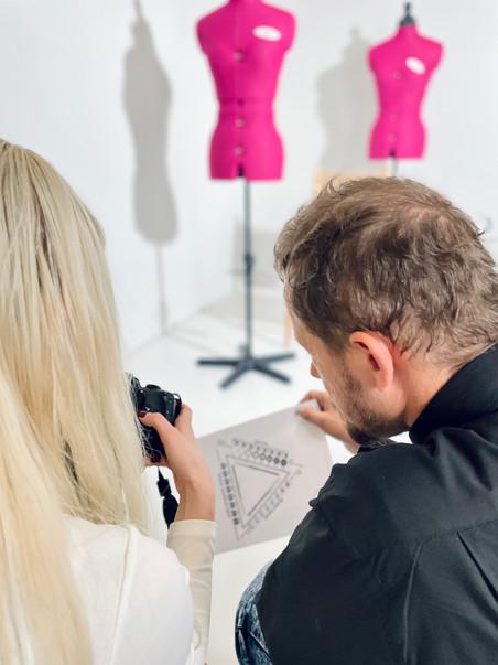Produktu dizaina asistenti mācās fotografēt