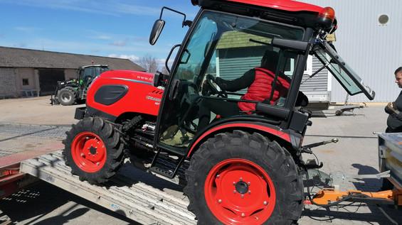 Skola saņem jaunu traktoru veiksmīgākai lauksaimniecības profesiju apguvei