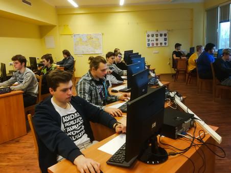 Jaunieši piedalās informātikas olimpiādes novada kārtā