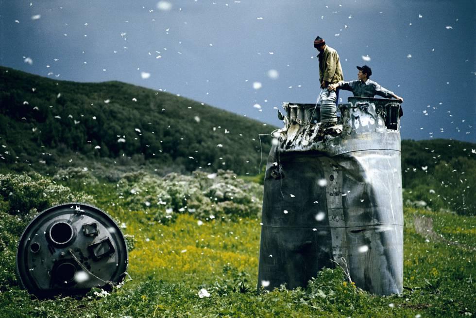 Aldeões recolhendo restos de um foguete espacial rodeados de mariposas, na República de Altai, Rússia, em 2000 Jonas Bendiksen (Magnum)