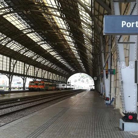 Tout au bout de la gare grise...