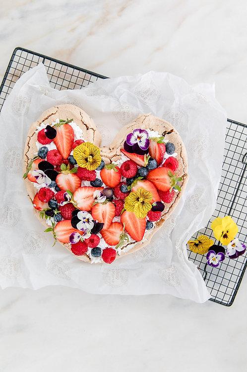 Coração de natas, frutos silvestres e flores