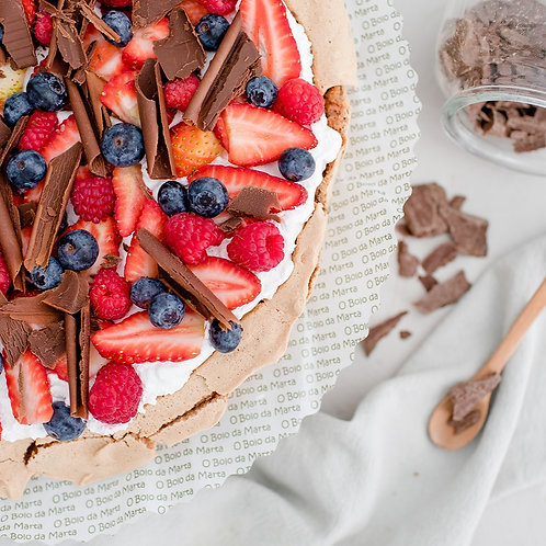 Suspiro de chocolate, natas, morangos, frutos silvestres e raspas de chocolate