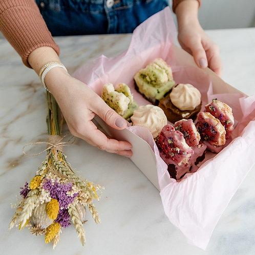 Caixa com brownies e raminho de flores