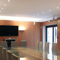 Equipement salle de réunion avec vidéoprojecteur et écran de projection