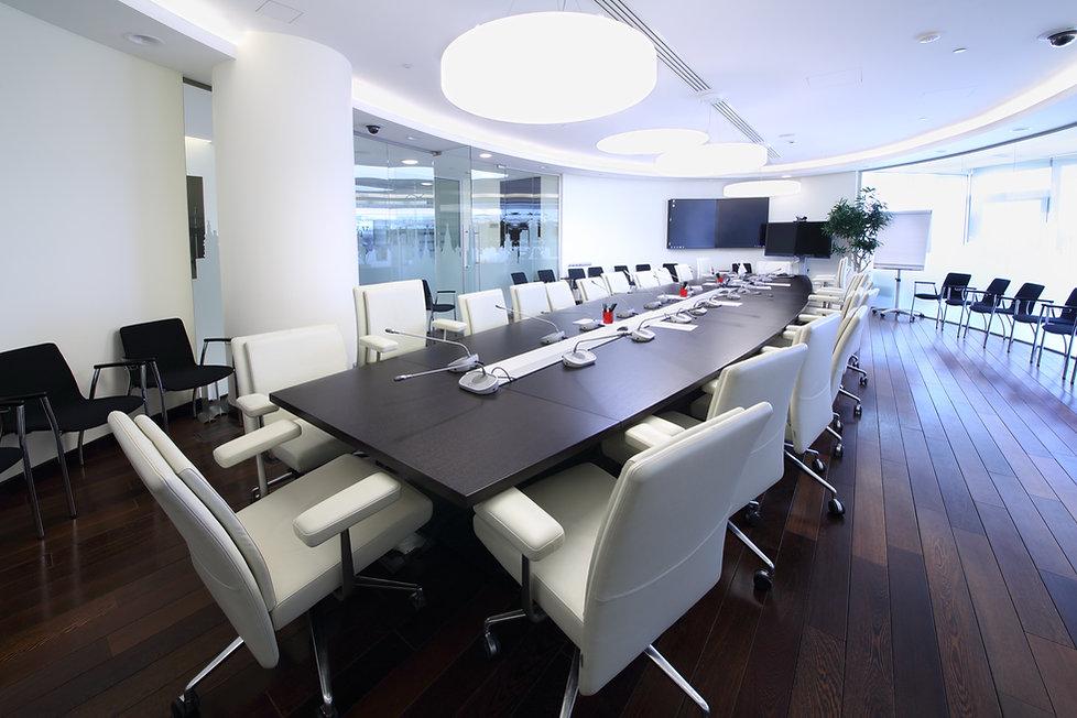 table de conférence, salle de conférence, double écran visioconférence, micros