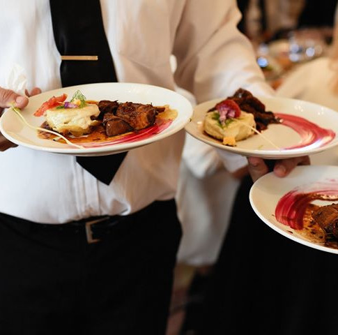 Repas de mariage servi à l'assiette