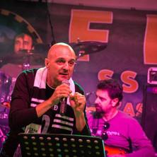 Petò_sciarpato_durante_un_live.jpg