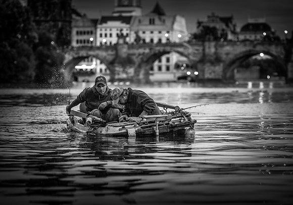 Fotografie Kunstwerk ***Two Men in a Boat Prague*** - Joachim Bergauer