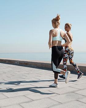 Zwei Mädchen Joggen durch Wasser