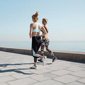 Две девушки пробежки по воде