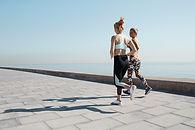 水でジョギング二つの女の子