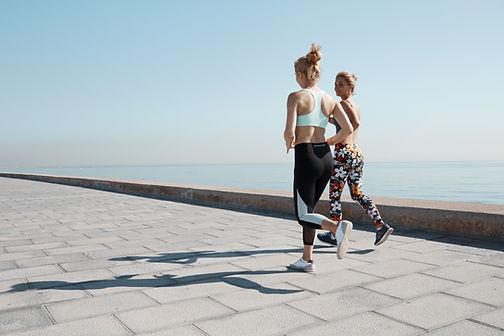 Deux filles de jogging par l'eau