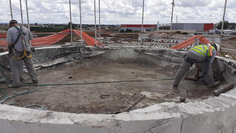 demolição controlada de caixa d'água em concreto armado.