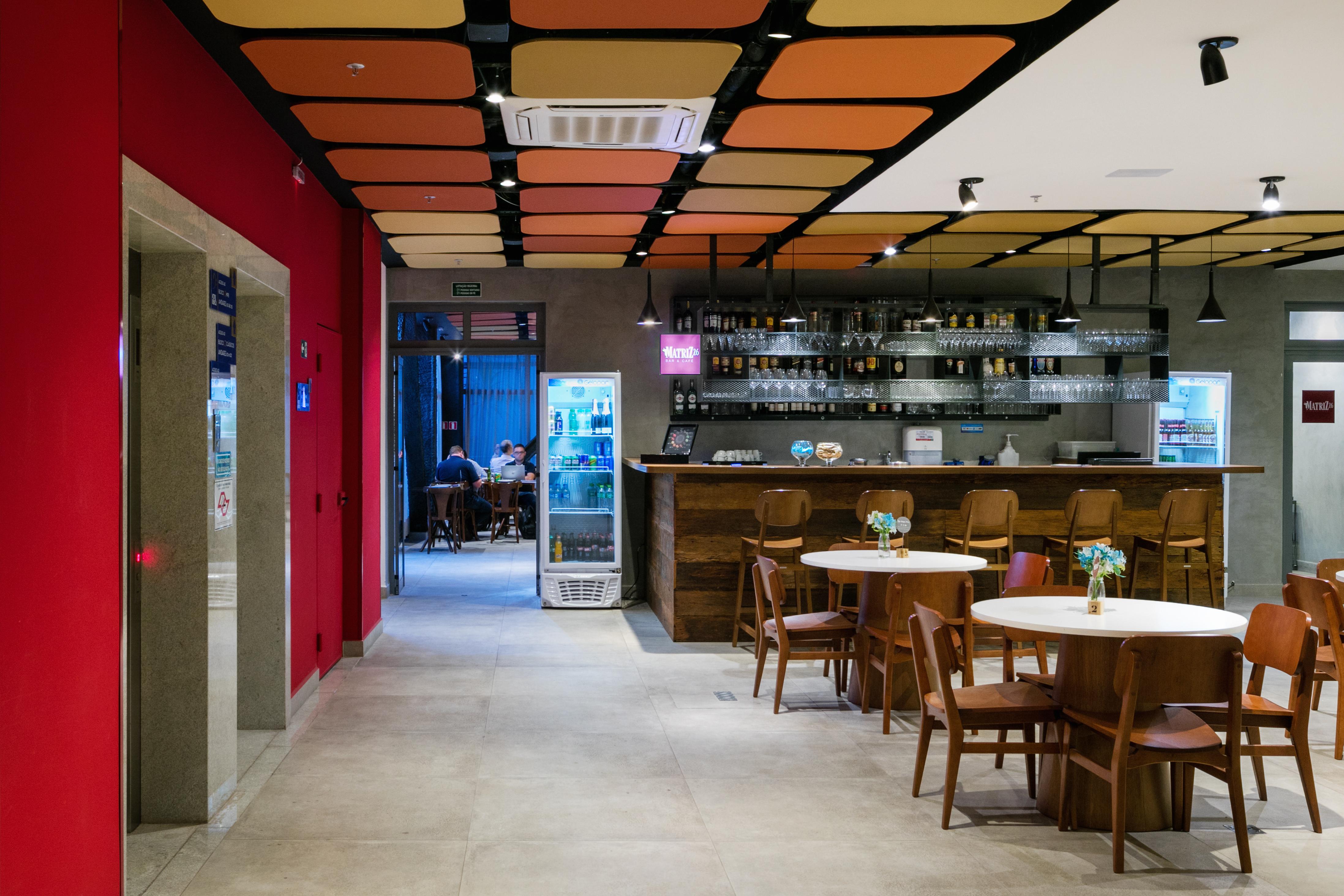 10 Lobby + Bar
